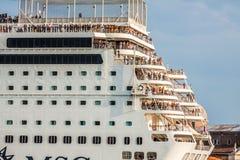 Veneza, Itália, o 9 de agosto de 2013: O navio de cruzeiros cruza a Venetia Fotos de Stock