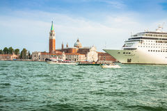 Veneza, Itália, o 9 de agosto de 2013: O navio de cruzeiros cruza a Venetia Imagem de Stock Royalty Free