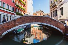 VENEZA, ITÁLIA - OKTOBER 27, 2016: cantos coloridos com construções clássicas velhas, a ponte pequena e o pouco canal da água em  fotografia de stock royalty free