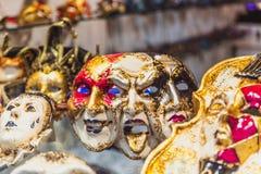 VENEZA, ITÁLIA - OKTOBER 27, 2016: Máscara venetian feito a mão do carnaval do colorfull autêntico em Veneza, Itália fotos de stock