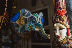 VENEZA, ITÁLIA - OKTOBER 27, 2016: Máscara venetian feito a mão do carnaval do colorfull autêntico em Veneza, Itália fotografia de stock
