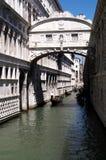 Veneza, Itália, a ponte dos suspiros com gôndola imagem de stock