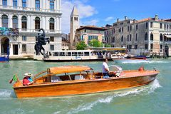 VENEZA; ITÁLIA - POSSA; 2017: Canais em Veneza Traffi rápido do barco fotos de stock royalty free