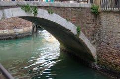 VENEZA, ITÁLIA - SETEMBRO, 29 2017: Ponte sobre o canal do Ven Foto de Stock