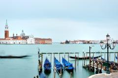 Veneza, Itália - vista das gôndola e do canal grande, no quadrado de St Mark do fundo fotografia de stock