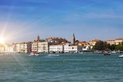 Veneza Italy Das construções canal antigo brilhante em terra grandioso Fotos de Stock Royalty Free