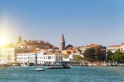 Veneza Italy Das construções canal antigo brilhante em terra grandioso Fotografia de Stock