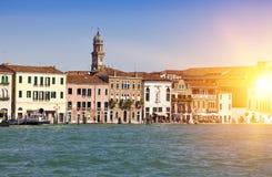 Veneza Italy Das construções canal antigo brilhante em terra grandioso Fotos de Stock