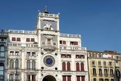 VENEZA, ITALY/EUROPE - 12 DE OUTUBRO: O St marca Clocktower em Venic Foto de Stock Royalty Free