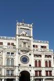 VENEZA, ITALY/EUROPE - 12 DE OUTUBRO: O St marca Clocktower em Venic Foto de Stock