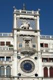 VENEZA, ITALY/EUROPE - 12 DE OUTUBRO: O St marca Clocktower em Venic Fotos de Stock Royalty Free