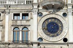 VENEZA, ITALY/EUROPE - 12 DE OUTUBRO: O St marca Clocktower em Venic Imagem de Stock Royalty Free