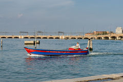 VENEZA, ITALY/EUROPE - 12 DE OUTUBRO: Powerboat perto da estrada de ferro l Imagem de Stock