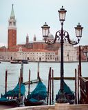Veneza, Italy Gôndola e poste de luz bonito no primeiro plano Imagem de Stock