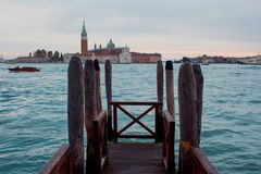 Veneza, Italy Gôndola e poste de luz bonito no primeiro plano Foto de Stock Royalty Free