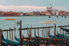 Veneza, Italy Gôndola e poste de luz bonito no primeiro plano Imagens de Stock