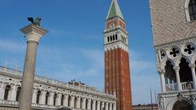 Veneza, Italy Paisagem de surpresa do quadrado de San Marco e da torre de sino vídeos de arquivo