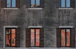 Veneza, janelas com reflexão Foto de Stock Royalty Free