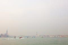 Veneza, a lagoa Venetian com um barco Foto de Stock