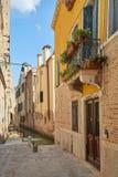 Veneza, ninguém na rua e no canal em Itália foto de stock royalty free