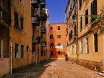 Veneza sob o sol, a rua e o linho, que é secado imagem de stock