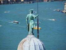 venezia Италии Статуя Сан Giorgio с тазом Сан Marco на заднем плане стоковая фотография