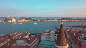 Venezia aerea video volo 4k sopra Venezia Italia, viaggio attraverso l'Italia, canali e tetti di Venezia da un uccello archivi video