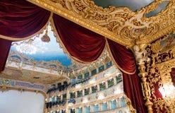 VENEZIA - 7 APRILE 2014: Interno del teatro di Fenice della La La di Teatro fotografia stock