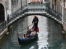 """Venezia """"biglietto da visita """"con la gondola e le gondoliere fotografia stock"""