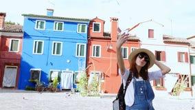 Venezia, Burano, Italia - 7 luglio 2018: Isola di Burano con le case multicolori vicino a Venezia turista, giovane donna, ragazza stock footage