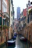 Venezia - canale nella pioggia immagini stock libere da diritti