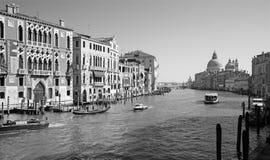 Venezia - canale Ponte di sotto grande Accademia e chiesa Santa Maria della Salute Immagine Stock