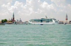 Venezia con la grande nave da crociera Fotografia Stock Libera da Diritti