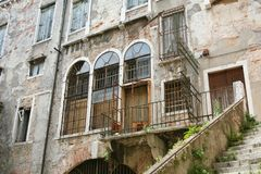 Venezia, costruzione antica nelle rovine fotografia stock