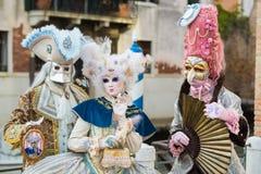 Venezia - 6 febbraio 2016: Maschera Colourful di carnevale tramite le vie di Venezia Fotografia Stock Libera da Diritti
