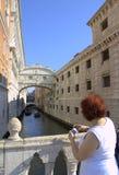 Venezia getta un ponte sulla donna turistica Italia Fotografia Stock