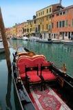 Venezia: Gondole che aspettano un giro romantico fotografia stock libera da diritti