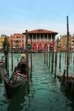 Venezia: Gondole che aspettano un giro romantico fotografia stock