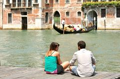 Venezia Grand Canal con i turisti e la gondola, Italia Fotografia Stock