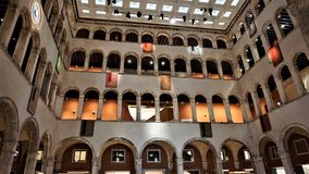 Venezia, Italië, 2019: T Fondaco dei Tedeschi, de V.N.-centro commerciale D 'lite in rappresentati I marchi del lusso van cuisono royalty-vrije stock afbeelding