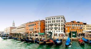 Venezia, Italië - Gondels en de klokketoren van San Marco Stock Foto