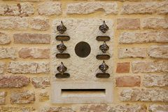 Venezia, Italia - 14 agosto 2017: la porta di entrata con una campana e l'appartamento numerano Fotografia Stock