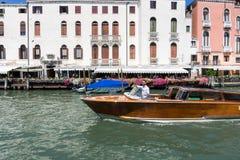 Venezia, Italia - 14 8 Barca 2017 vicino alle case sull'acqua a Venezia, in un bello giorno di estate in Italia immagine stock libera da diritti