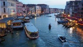 Venezia, Italia Canale grande visto dal ponte di Rialto alla sera stock footage