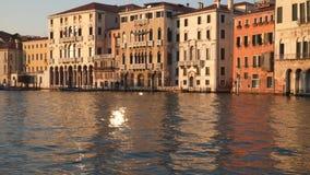 Venezia, Italia Costruzioni vicino a Grand Canal al tramonto stock footage