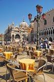 VENEZIA, ITALIA - 24 DE AGOSTO: Plaza San Marco con el campanil, Bas Foto de archivo