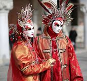 Venezia, Italia - 5 febbraio 2018: donna ed uomo con rosso e il gol Fotografia Stock