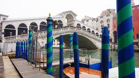 VENEZIA, ITALIA - 23 FEBBRAIO 2017: Vista panoramica del canale grande con il palo ad attraccare verde e blu e del ponte di Rialt Fotografia Stock