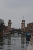 Venezia, Italia 5 gennaio 2016 - giorno nuvoloso a Venezia Pioggia leggera di pioviggine L'arsenale veneziano è uno dei simboli d Fotografia Stock Libera da Diritti