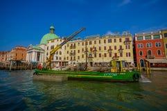 VENEZIA, ITALIA - 18 GIUGNO 2015: Attrezzatura con la gru in canali di Venezia, macchinario per aiutare le barche, dietro Green D Immagine Stock Libera da Diritti